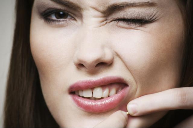 Причины появления атеромы на лице, лечение кисты сальной железы